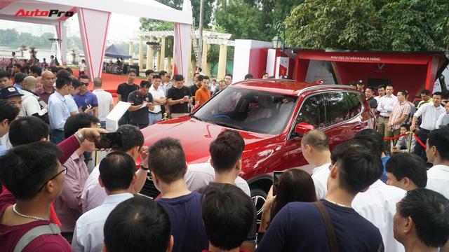 Mở cửa ngày 2, VinFast vẫn thu hút đông đảo người dân tới tham quan - Ảnh 4.