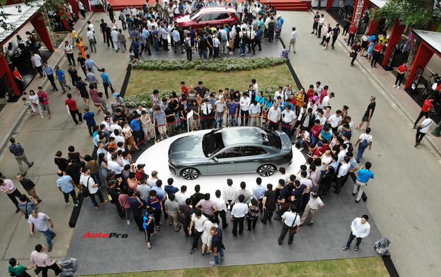 Mở cửa ngày 2, VinFast vẫn thu hút đông đảo người dân tới tham quan - Ảnh 8.