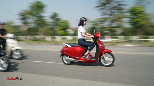 Loạt xe máy điện thông minh VinFast chạy thử tại Hà Nội ngay sau khi ra mắt - Ảnh 11.