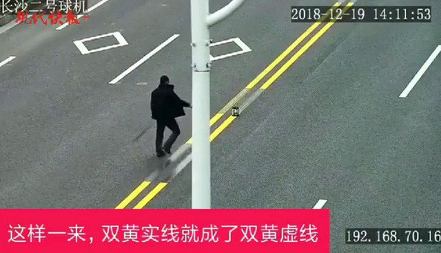 Trung Quốc: Chủ nhà hàng mang sơn ra độ lại vạch kẻ đường để khách vào quán đông hơn - Ảnh 1.