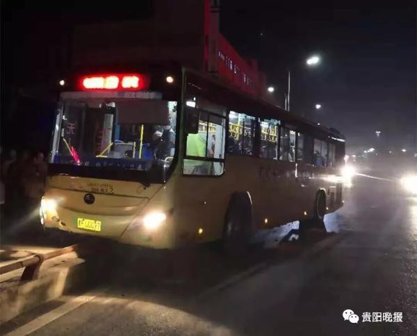 Nữ hành khách và tài xế xe buýt tát nhau khi xe đang chạy gây tai nạn - Ảnh 3.
