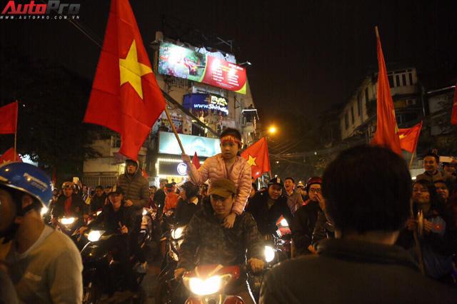 Ăn mừng U23 Việt Nam chiến thắng, cơn bão ô tô, xe máy ập ra phố Hà Nội trong đêm - Ảnh 1.