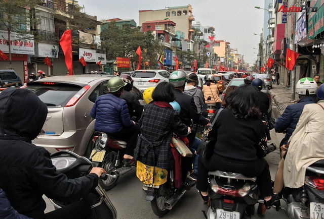 Giao thông Hà Nội thay đổi như chong chóng ngay trong ngày đầu năm Mậu Tuất - Ảnh 7.