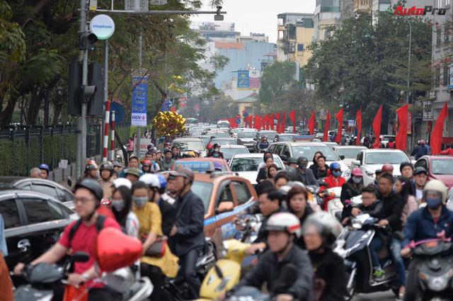Giao thông Hà Nội thay đổi như chong chóng ngay trong ngày đầu năm Mậu Tuất - Ảnh 8.