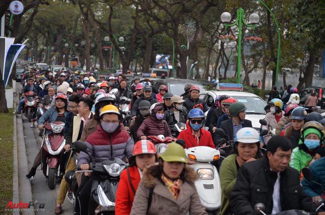 Giao thông Hà Nội thay đổi như chong chóng ngay trong ngày đầu năm Mậu Tuất - Ảnh 9.