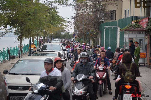 Giao thông Hà Nội thay đổi như chong chóng ngay trong ngày đầu năm Mậu Tuất - Ảnh 10.
