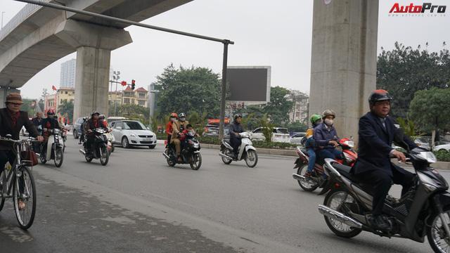 Giao thông Hà Nội nhanh chóng tấp nập trở lại sau những ngày đầu của kì nghỉ Tết - Ảnh 1.