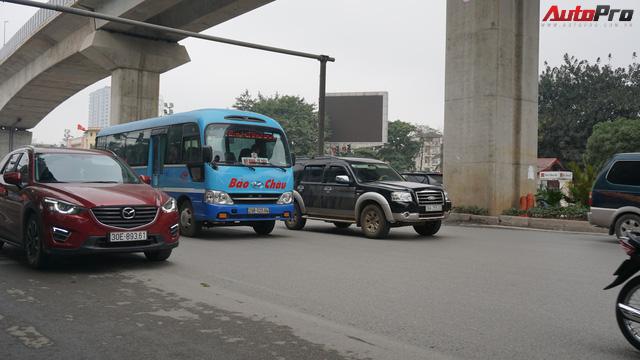 Giao thông Hà Nội nhanh chóng tấp nập trở lại sau những ngày đầu của kì nghỉ Tết - Ảnh 2.