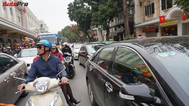 Giao thông Hà Nội nhanh chóng tấp nập trở lại sau những ngày đầu của kì nghỉ Tết - Ảnh 6.