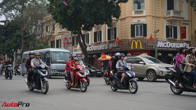 Giao thông Hà Nội nhanh chóng tấp nập trở lại sau những ngày đầu của kì nghỉ Tết - Ảnh 7.