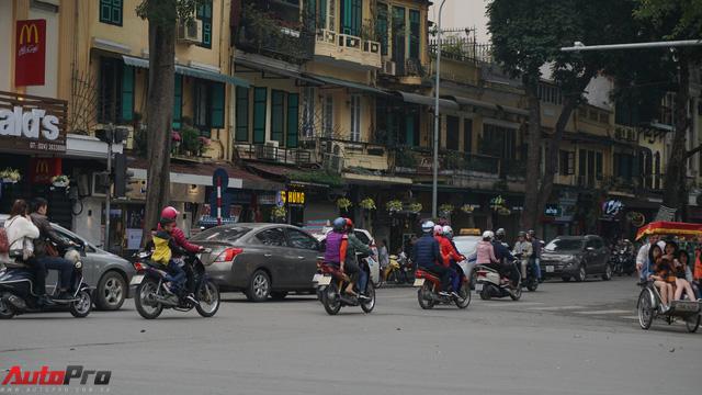 Giao thông Hà Nội nhanh chóng tấp nập trở lại sau những ngày đầu của kì nghỉ Tết - Ảnh 8.