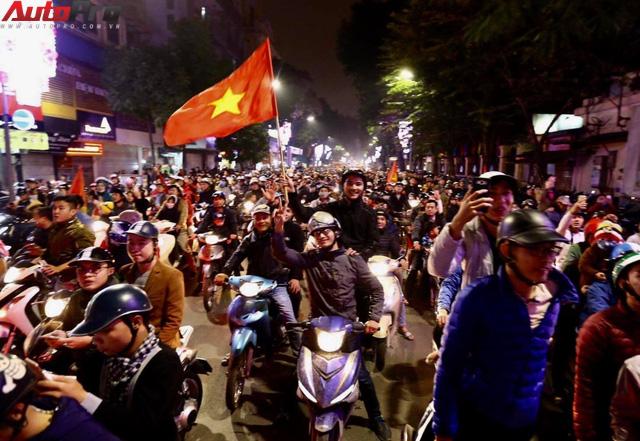 Ăn mừng U23 Việt Nam chiến thắng, cơn bão ô tô, xe máy ập ra phố Hà Nội trong đêm - Ảnh 4.