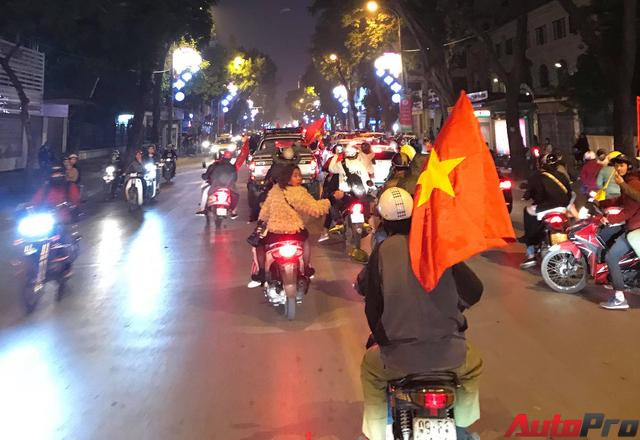 Ăn mừng U23 Việt Nam chiến thắng, cơn bão ô tô, xe máy ập ra phố Hà Nội trong đêm - Ảnh 8.