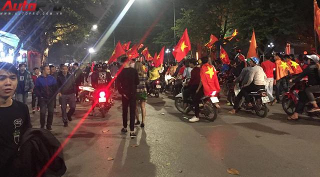 Ăn mừng U23 Việt Nam chiến thắng, cơn bão ô tô, xe máy ập ra phố Hà Nội trong đêm - Ảnh 7.