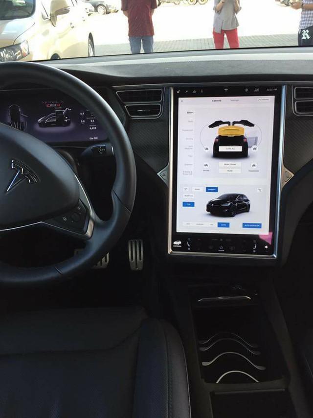[Video] Tesla Model X tung cánh, nháy đèn theo nhịp nhạc tại Việt Nam - Ảnh 6.