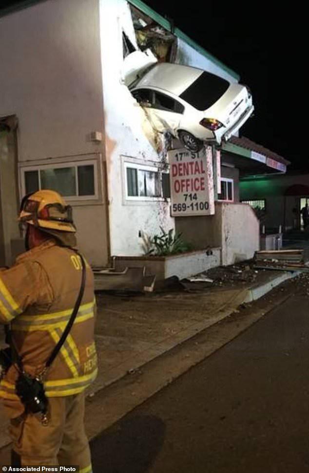 Xe con ngang nhiên nghỉ xả hơi giữa đường, báo hại 2 xe tải theo sau gặp tai nạn kinh hoàng - Ảnh 2.