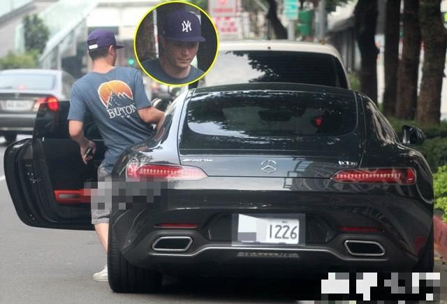 Tậu siêu xe mới trị giá 28 tỷ, Hoắc Kiến Hoa lộ khoảnh khắc quê độ khi chưa quen mở cửa xe - Ảnh 6.