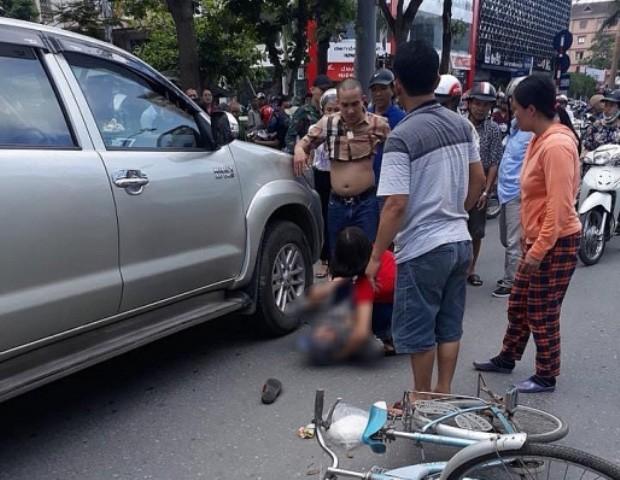 Khởi tố tài xế giận vợ lùi xe đâm tử vong một cụ già - Ảnh 1.