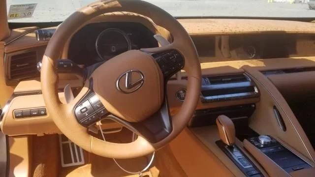 Dính mưa đá, chiếc Lexus LC500 gần mới toanh này được bán tháo với giá rẻ gây sốc - Ảnh 3.