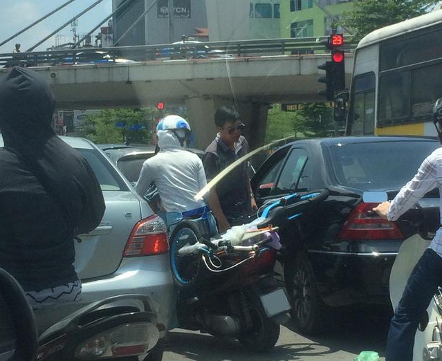 Bị ninja Lead cào xước sơn, chủ xe Mercedes-Benz hành xử khiến nhiều người bất ngờ - Ảnh 1.