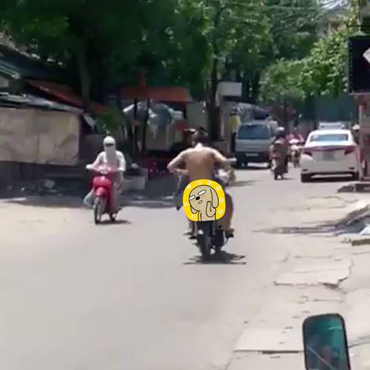 Hà Nội: Cô gái lớn tiếng chửi bới đuổi theo thanh niên trần như nhộng ngồi sau xe máy không rõ nguyên nhân - Ảnh 3.