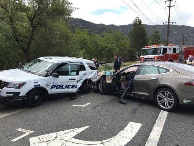 Tesla Model S đâm xe cảnh sát khi tự lái - Ảnh 1.