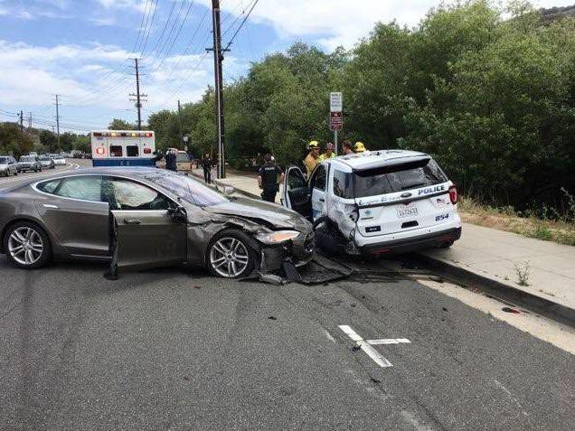Tesla Model S đâm xe cảnh sát khi tự lái - Ảnh 2.