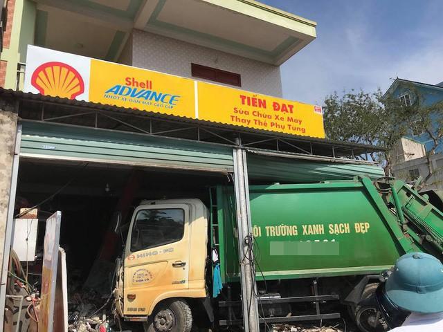 Nghệ An: Xe rác mất lái gây tai nạn rồi lao thẳng vào nhà dân, 3 người nhập viện cấp cứu - Ảnh 1.