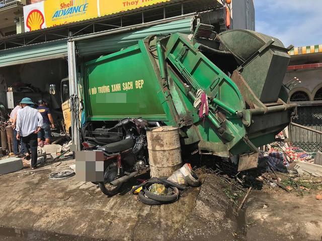 Nghệ An: Xe rác mất lái gây tai nạn rồi lao thẳng vào nhà dân, 3 người nhập viện cấp cứu - Ảnh 2.