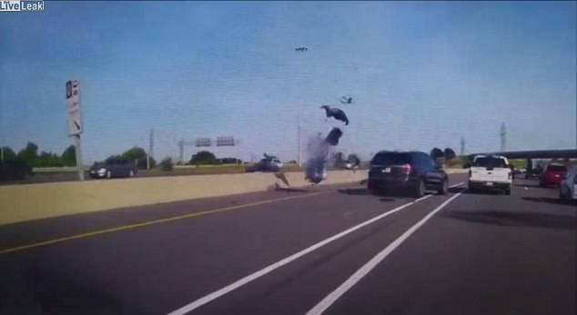 CLIP: Cú đâm chí mạng vào chiếc SUV lấn làn khiến tất cả bàng hoàng - Ảnh 1.