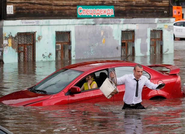 Soái ca giải cứu 2 cô gái mắc kẹt trong xe bị ngập nước ở thành phố diễn ra World Cup - Ảnh 2.