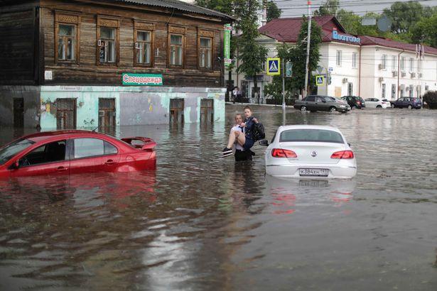 Soái ca giải cứu 2 cô gái mắc kẹt trong xe bị ngập nước ở thành phố diễn ra World Cup - Ảnh 4.