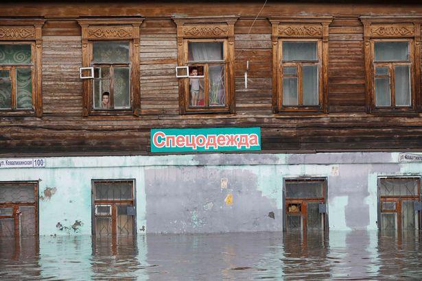 Soái ca giải cứu 2 cô gái mắc kẹt trong xe bị ngập nước ở thành phố diễn ra World Cup - Ảnh 3.