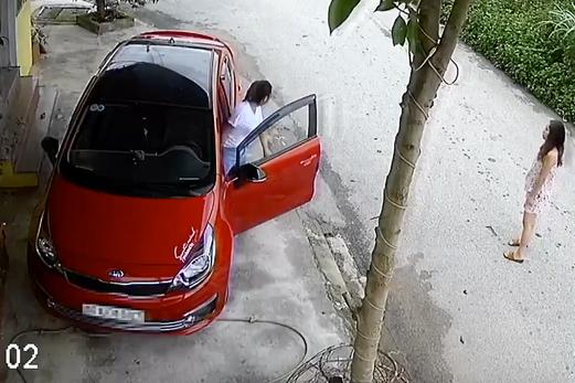 Xuất hiện thêm chị gái cẩn thận nhất MXH, nắn nót 8 phút chỉ để lùi xe từ hiên xuống đường - Ảnh 1.