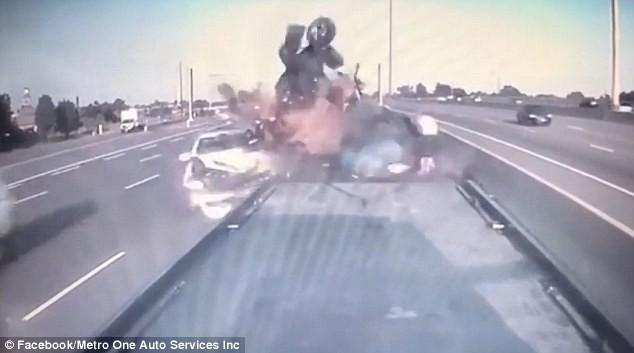 Clip: Bị hôn đuôi chưa đủ, chủ xe nhọ nhất năm còn suýt chết vì tai nạn liên hoàn - Ảnh 2.