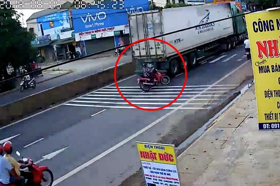 Quảng Trị: Sang đường mà quên quan sát, nữ ninja lao vào container nhưng may mắn thoát chết - Ảnh 2.