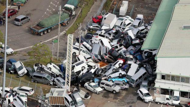 Ô tô lật ngửa, dồn đống vì bão Jebi mạnh nhất trong vòng 25 năm qua càn quét Nhật Bản - Ảnh 5.