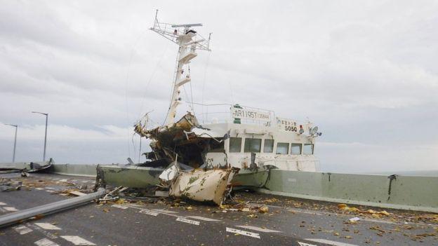 Ô tô lật ngửa, dồn đống vì bão Jebi mạnh nhất trong vòng 25 năm qua càn quét Nhật Bản - Ảnh 6.