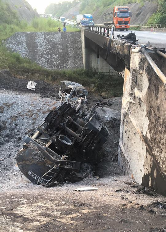 Tai nạn kinh hoàng giữa xe bồn chở xăng và Mazda CX-5: Xe cháy rụi, người an toàn - Ảnh 2.