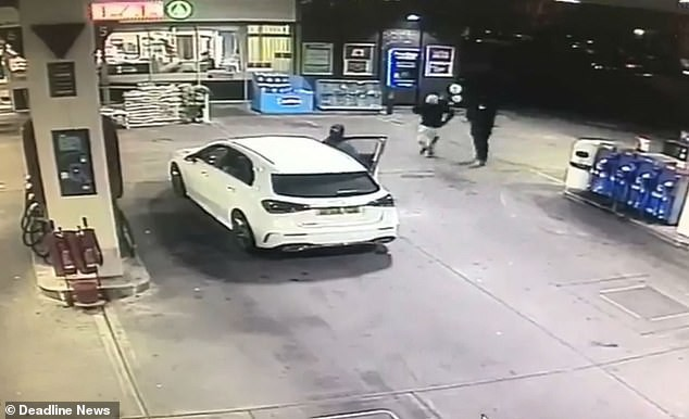 Vừa đổ xăng xong, người phụ nữ bất ngờ bị cướp xe Mercedes song may mắn thoát nạn nhờ làm 1 việc - Ảnh 2.