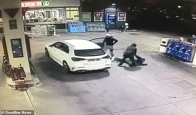 Vừa đổ xăng xong, người phụ nữ bất ngờ bị cướp xe Mercedes song may mắn thoát nạn nhờ làm 1 việc - Ảnh 3.