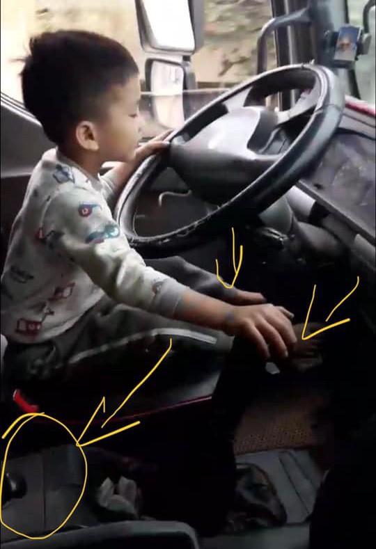 Clip cậu bé lái xe tải gây sốc và cái kết khiến ai cũng ngã ngửa - Ảnh 2.