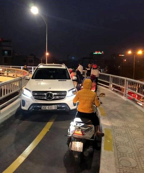 Hà Nội: Tài xế lái ô tô Mercedes đi vào cầu dành cho xe máy, còn đá vào đầu người phụ nữ bên đường khiến nhiều người bức xúc - Ảnh 2.
