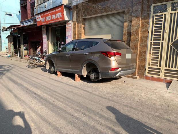 Xôn xao câu chuyện để qua đêm ngay trước cửa nhà, Hyundai Santa Fe bị kẻ gian tháo trộm hết 4 bánh - Ảnh 1.
