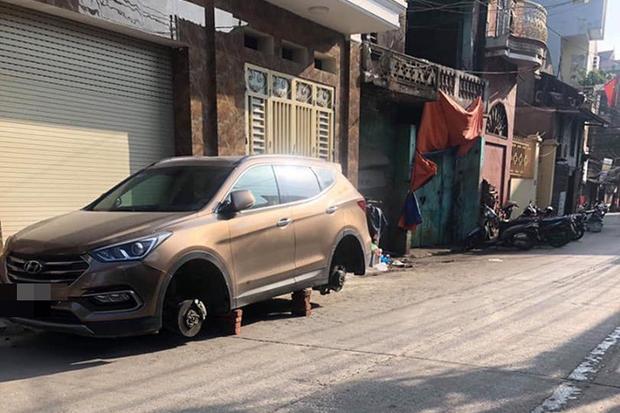 Xôn xao câu chuyện để qua đêm ngay trước cửa nhà, Hyundai Santa Fe bị kẻ gian tháo trộm hết 4 bánh - Ảnh 2.