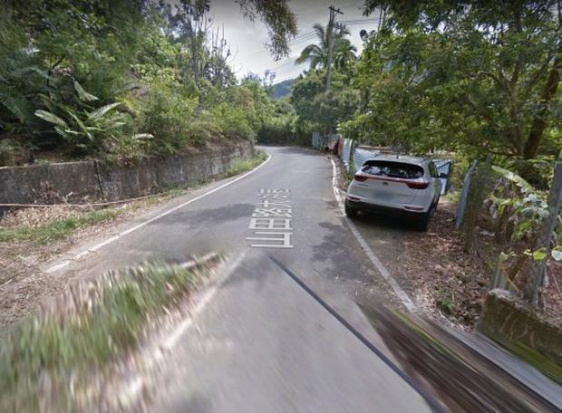 Đỗ Kia Sportage bên vệ đường để mây mưa, cặp đôi bị xe tự lái của Google ghi lại - Ảnh 2.