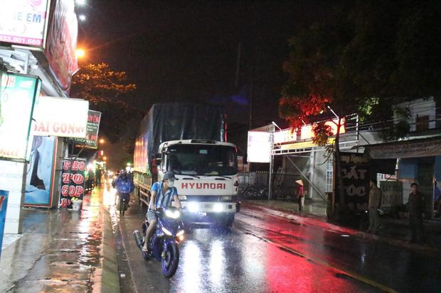Vừa ra khỏi quán nhậu thì bị ngã, 3 thanh niên bị xe tải tông thương vong - Ảnh 2.