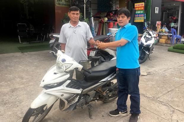 Sau 1 ngày bàn giao lại xe máy cũ, hiệp sĩ Nguyễn Thanh Hải được tặng xe Yamaha Exciter trị giá 50 triệu đồng - Ảnh 1.