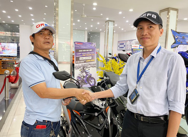 Sau 1 ngày bàn giao lại xe máy cũ, hiệp sĩ Nguyễn Thanh Hải được tặng xe Yamaha Exciter trị giá 50 triệu đồng - Ảnh 2.