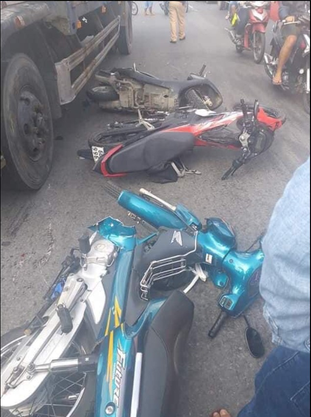 Xe tải mất lái đâm kinh hoàng, gần 10 xe máy nằm la liệt giữa đường - Ảnh 3.